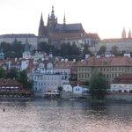 夏の夕暮れのプラハ城