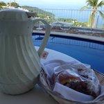 """El desayuno """"especial"""" y las condiciones de higiene de la jarra. El paisaje de fondo es muy buen"""