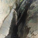 Escadaria entre as pedras para descer na Praia do Sancho