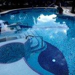 термальный бассейн с гидромассажем