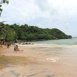 Пляж Jungle Beach - небольшой, не слишком людный и очень живописный