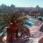Habitación con vistas a la piscina y, al fondo, Toledo