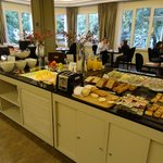 Café da manhã de chef - frutas, frios, queijo, ovos