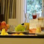 Café da manhã de chef - frutas, sucos de frutas frescas