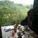 Café da manhã com vista ao fundo, horta, flores e montes!