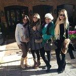 Eu e minhas amigas em frente ao hotel.