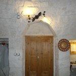vue à l'intérieur du trullo joliment décoré
