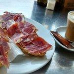 Tostada enorme.Café malísimo. Y el desayuno SUPER CARO!!! Y jamón cortado muy gordo.