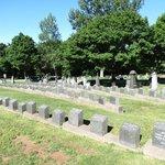 3 allées de pierre tombale