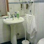 Banheiro simples mas espaçoso