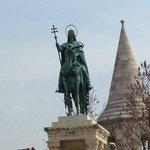 estatua ecuestre de Esteban I a caballo.
