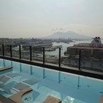 vue de la piscine sur le port et le Vésuve