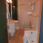 Salle de bain avec baignoire et toilettes. Propre.