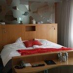 Vi sov som kunglighet i den här sängen. 180 cm bred njutning.  Rum: Svit