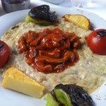 Piatto tipico con agnello su salsa di melanzane affumicate... Ottimo, con incredibile qualità/pr