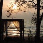 Mirando al mar al amanecer