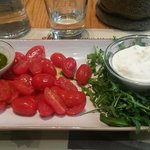 Mozzarella di bufala in stracciatella con pomodorini e pesto