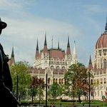 Вид на Парламент со стороны памятника Надю