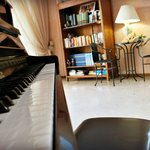 Suonare il pianoforte e Leggere un libro