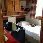 la 2e chambre, 2e lit simple poussé pour faire la place au lit parapluie