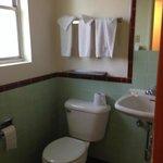cute retro bathroom!