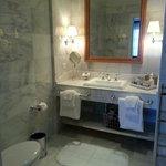 標準房的浴室只有淋浴間沒有浴缸
