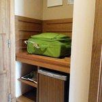 Minibar y balda para la maleta