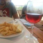 Chocos fritos y Lambrusco en el beach club