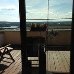 Der große Balkon mit schöner Aussicht