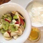 Yogur con muesly, frutas y miel