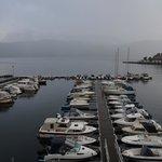 Zicht op jachthaven en Fjord