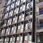 7 этажное здание отеля. Вид с Улицы