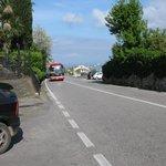 ônibus para Amalfi passando em frente ao hotel, visto do ponto do ônibus