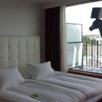 Nydelig myk seng med Horse Lamp på balkongen