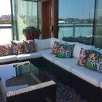Basseng og lounge på takterrassen