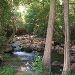 El río que pasa por detrás de la casona