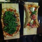 Pizza farfalla e pizza tonno, cipolle caramellate e rucola