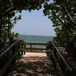 Um dos lindos acessos à praia.