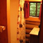 Bear's Den Cabin - Bathroom