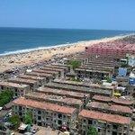 Vista do farol mostra a degradação da região da praia. Muito lixo e sujeira espalhada.
