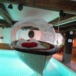 Lit dans la gondole nuptiale sur la piscine du Schloss-Hotel