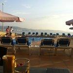 mooi uitzicht bij het zwembad aan de zee