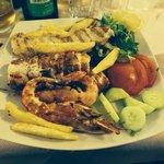 Spiedini di pesce grigliato con calamari, gamberi e pesce spada