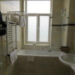 Schönes, neues, sauberes Badezimmer mit viel Platz