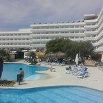 vue piscine et hôtel