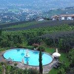 Blick vom Haus zum Pool und ins Tal