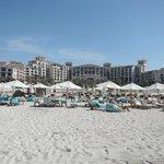 Blick vom Strand auf Hotel