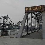 Два моста (новый и разрушенный)