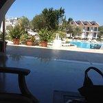 Ausblick von der Lobby auf den Pool