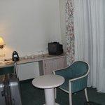 sala da suite com tv antiga tudo muito ultrapassado